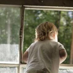 В Смоленске ребенок снова выпал из окна и разбился