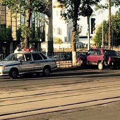 Неадекватные подростки на «Жигулях» пытались штурмом взять гипермаркет «Макси» в Смоленске