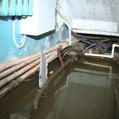 Жители одной из смоленских пятиэтажек из-за прорыва канализации вынуждены входить в подъезд через сточные воды