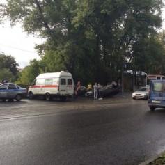 Автомобиль «Ниссан» перевернулся на крышу во время столкновения с «Маздой» в Смоленске