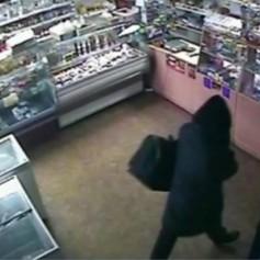 Храбрая продавщица сорвала повязку с разбойника с нунчаками