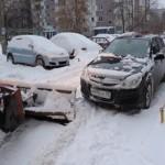 Всеобщей борьбе со снегом мешают оставленные на улицах машины