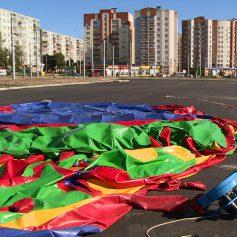 Порыв ветра сорвал и опрокинул детский надувной батут в Смоленске