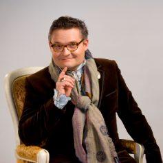 Историк моды Александр Васильев приедет в Смоленск на открытие выставки «Поющая мода»