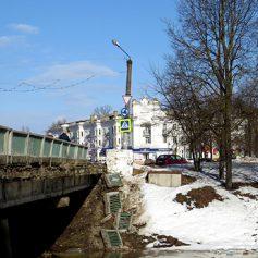 Полиция ищет хулиганов, сломавших перила на Смоленском мосту в Вязьме