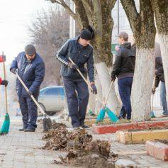 Администрация города вышла на уборку улиц