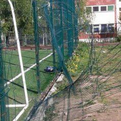 В Смоленске отремонтируют ограждение школьного стадиона, испорченное вандалами