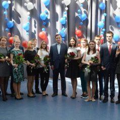 16 смоленских выпускников получили золотые медали из рук губернатора Алексея Островского