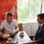 Председатель Смоленской облдумы помог ветерану боевых действий отремонтировать квартиру