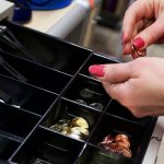 В Смоленске кассир магазина подозревается в присвоении 25 тыс. рублей