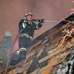 В Смоленске пожарные спасли мужчину из горящего дома