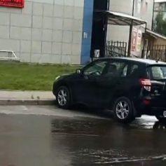 По улице Рыленкова в Смоленске образовался ледяной поток