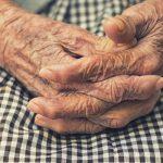 Пожилая смоленская пенсионерка чуть не умерла в своей квартире