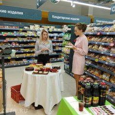 Горожане продегустировали торты и соки региональной торговой марки «Смолпродукт»