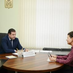 Губернатор Алексей Островский провел прием граждан по личным вопросам