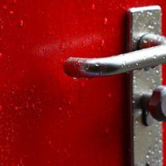 Смоленские сотрудники МЧС помогли открыть ребенку дверь