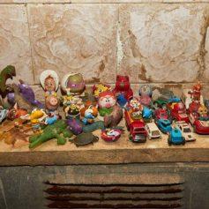 Смоленская детвора выбрасывает игрушки в канализацию