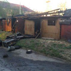 Гараж с автомобилем «ВАЗ» внутри загорелся в Сафонове