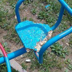 В Смоленской области вандалы оставили детей без карусели
