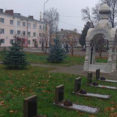 В Ельне на могилах советских солдат лежат немецкие каски