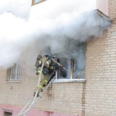 Из пожара в доме на улице Соколовского в Смоленске эвакуировали 28 человек