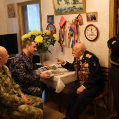 Представители руководства Управления Росгвардии по Смоленской области навестили ветерана Великой Отечественной войны
