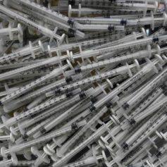 «Склад» иголок от шприцов нашли в Рославле