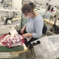 Фабрика «РозТех» в Смоленской области начала выпуск медицинской спецодежды и масок