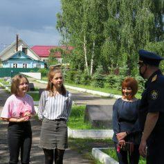 В Гагарине две школьницы потушили братскую могилу воинов Советской армии