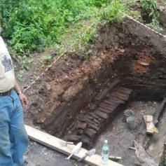 Каменную мостовую 15 века нашли на Соборном холме в Смоленске