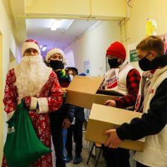 Волонтёры поздравили с Новым годом маленьких пациентов областной больницы