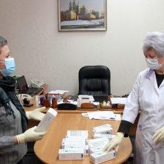 Председатель Смоленского горсовета передала бесконтактные термометры детским поликлиникам