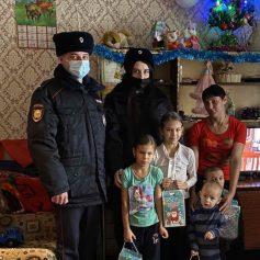 Полицейский Дед Мороз поздравил детей в Рудне