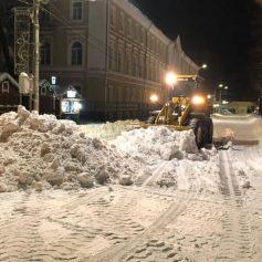 Единороссы продолжают освобождать от сугробов социальные учреждения города