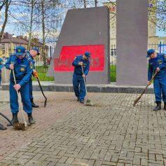 В Смоленске спасатели провели акцию по благоустройству территории у мемориала