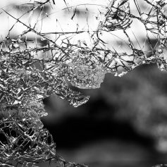 В Вязьме мужчина умышленно повредил чужой автомобиль