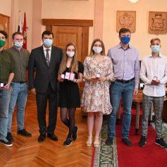 Смоленских волонтеров наградили почетными знаками «За исцеление и милосердие»