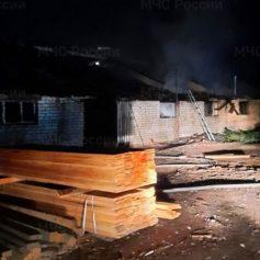 В Смоленской области загорелось здание пилорамы
