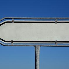 Смолянин построил забор вокруг своего дома из дорожных знаков
